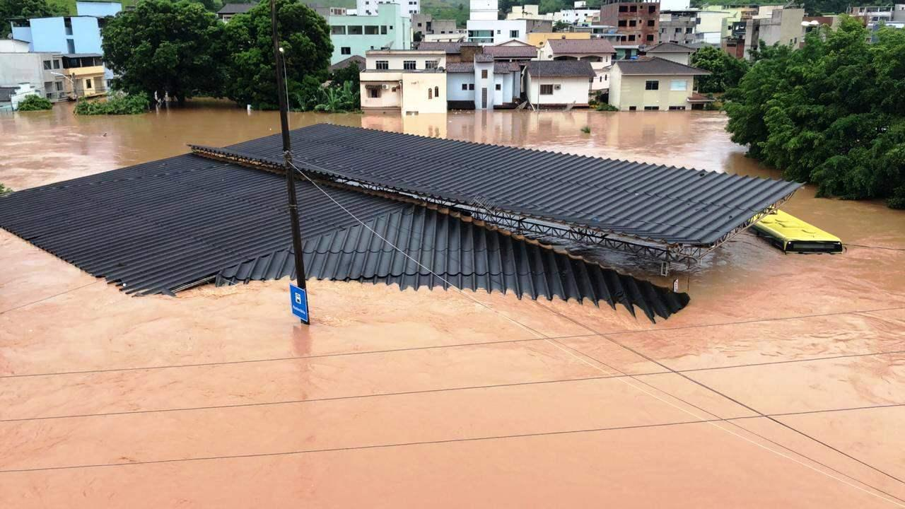 Chuva: rio sobe oito metros e alaga várias casas em Castelo