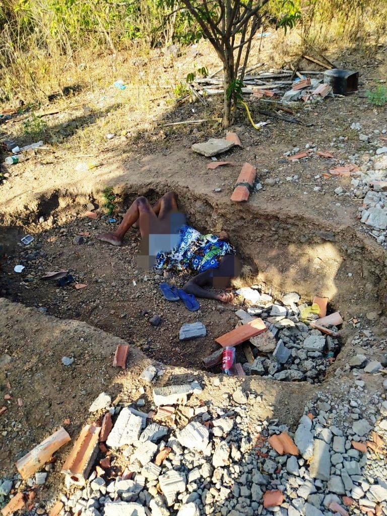 Corpo de idosa é encontrado em estado de decomposição dentro de um buraco