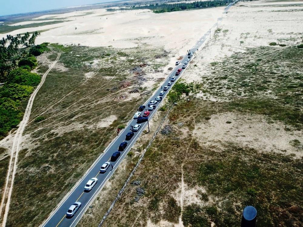 Areia das dunas invade PI-116 e rodovia registra longo engarrafamento