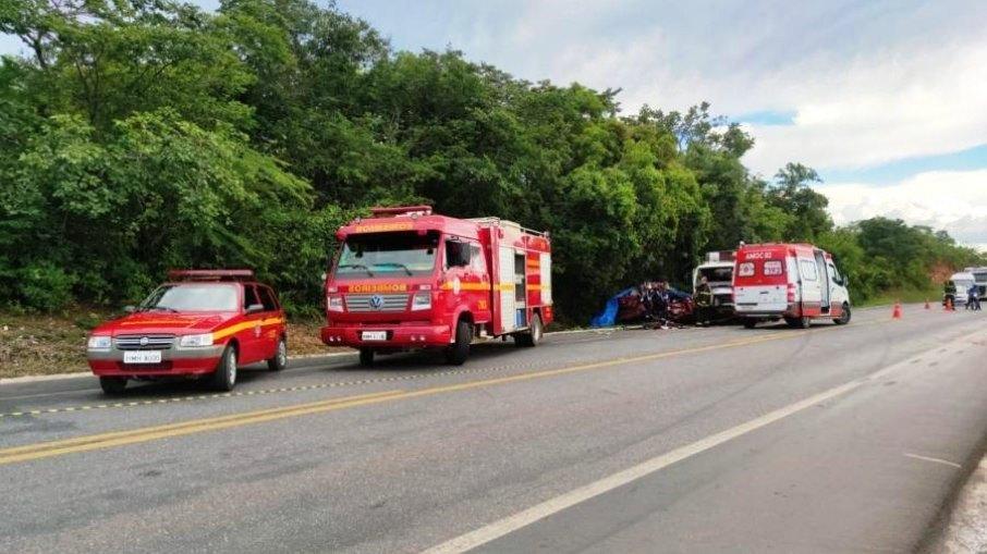 Acidente entre carro e caminhão deixa cinco mortos em Minas Gerais