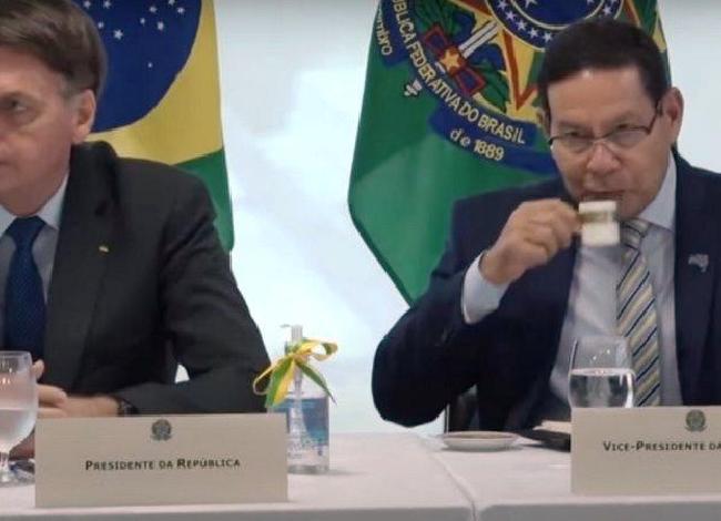 """""""Vou nomear mais militares, com civis não deu certo"""", diz Bolsonaro sobre Saúde"""