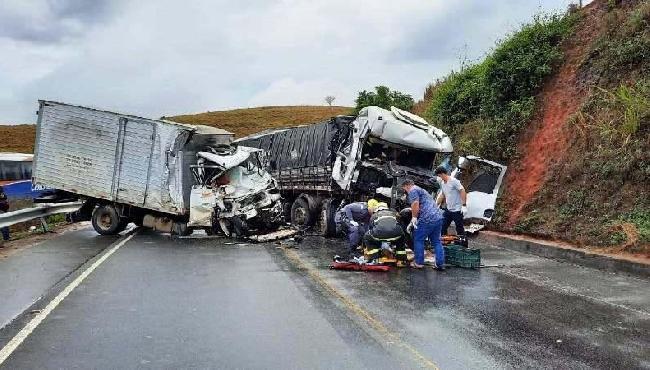 Acidente entre caminhões deixa dois mortos no interior de Barra de São Francisco