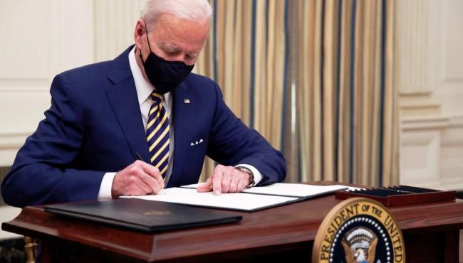 Biden assina medidas de auxílio à população americana