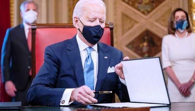 Biden inicia mandato revertendo decisões do governo Trump