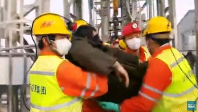 Equipes resgatam 11 mineiros soterrados na China há 14 dias
