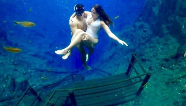 'Escada mais famosa' na Lagoa Misteriosa vira cenário para turistas em mergulhos e viraliza na internet