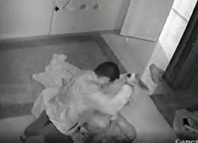 Homem mata esposa com 40 facadas no momento em que ela fazia sexo com amante