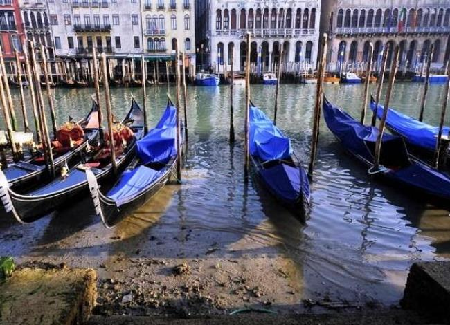 Maré baixa deixa canais de Veneza quase secos