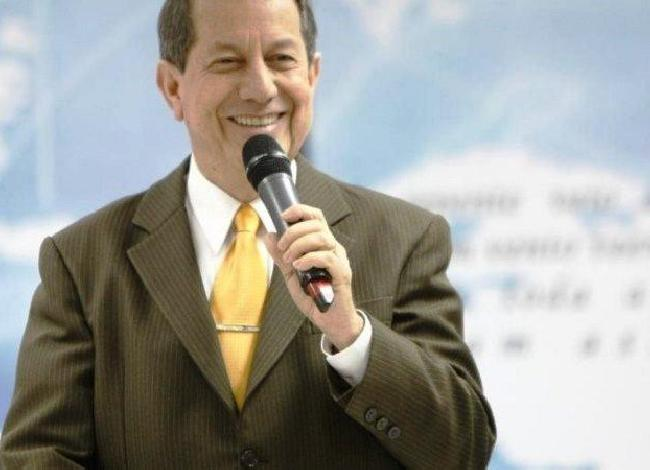 Pastor R.R. Soares afirma que água consagrada por ele é a cura para Covid-19