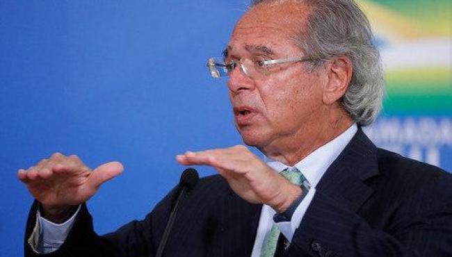 Por teto de gastos, Guedes admite manutenção do Bolsa Família