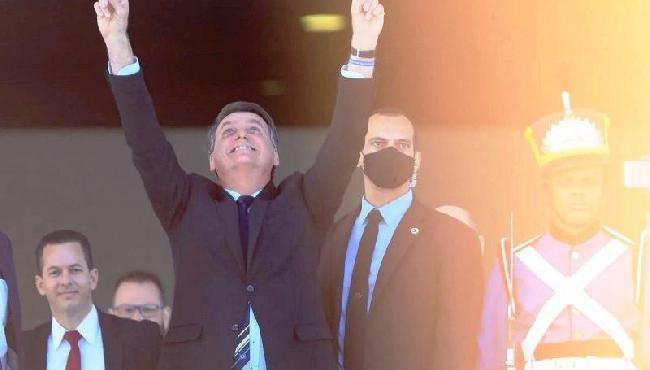 Sem máscara, Bolsonaro tira selfies com apoiadores no Dia da Independência